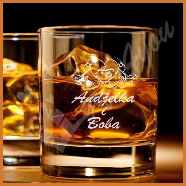 Imena u srcu čaše za viski